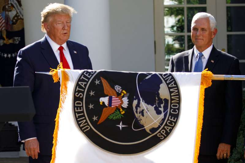 美國總統川普29日在白宮玫瑰園宣布美國太空司令部正式成立。(美聯社)