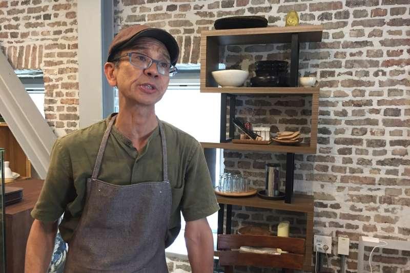 在敦義門博物館村開設咖啡店的老居民南根祐。(鍾巧庭攝)