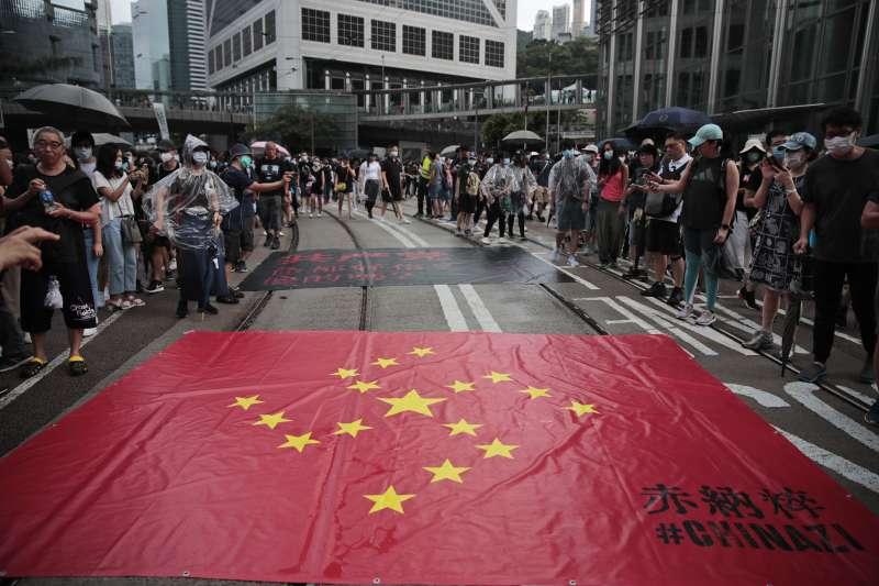2019年8月31日,香港反送中示威遊行,示威者將中國五星旗改繪成德國納粹卐字旗(AP)