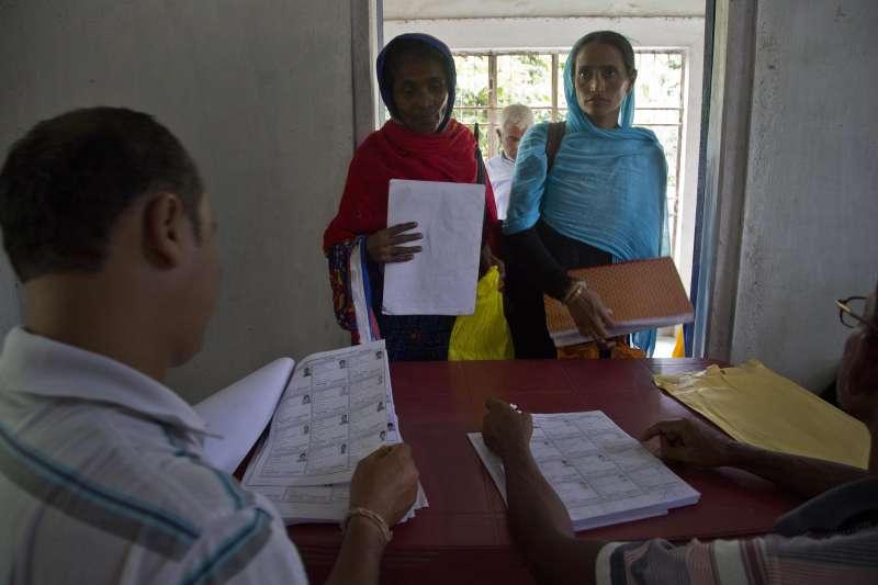 8月31日,阿薩姆邦布拉布里村的村民正在檢視自己的名字是否在國家公民登記名冊上(美聯社)