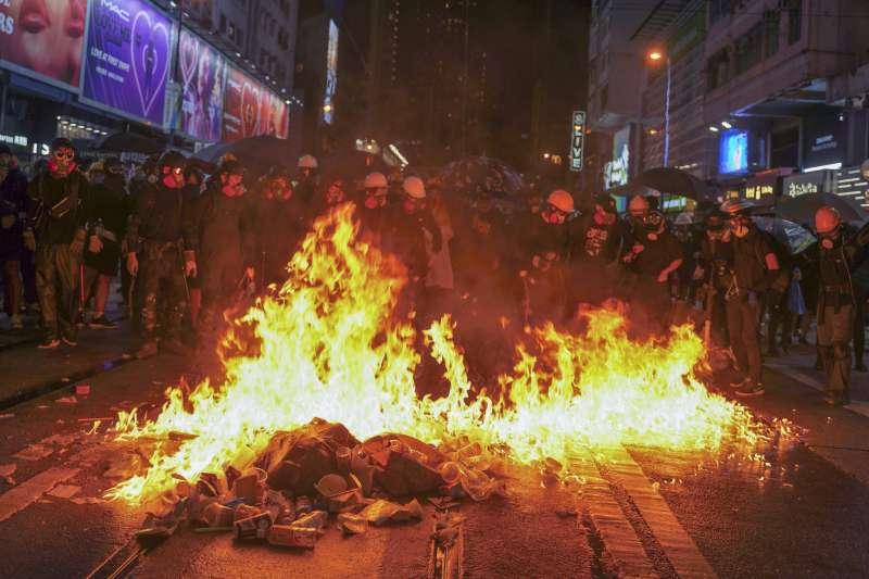武勇派抗爭者以燃燒彈火攻政總。(AP)