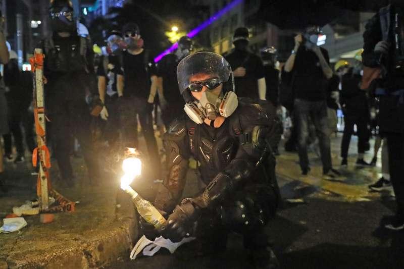 勇武派在街頭放火,並未引起和理非「割蓆」動作。(AP)