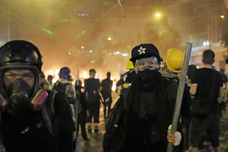 中美貿易戰和香港返送中抗爭的挫折,可能改變習近平解決港台問題的期程。圖為2019年8月31日,香港反送中示威(AP)