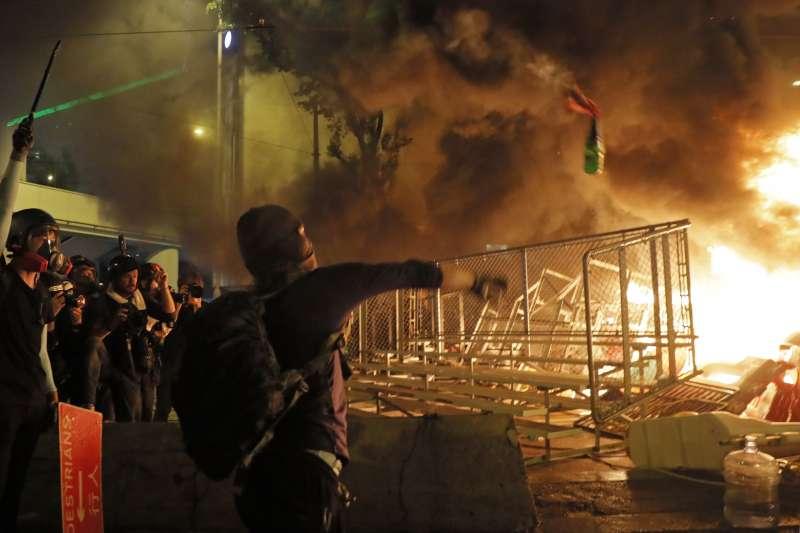 2019年8月31日,香港反送中示威,參與者投擲汽油彈(AP)