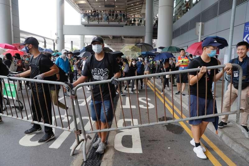 2019年9月1日,香港「反送中」示威者包圍香港國際機場,湧入巴士總站,企圖癱瘓機場對外交通。(AP)