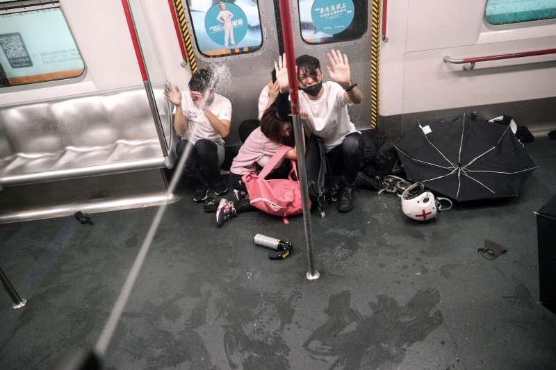 2019年8月31日,香港警方進入地鐵太子站內追捕示威者,甚至對車廂內高舉雙手的民眾噴灑胡椒噴霧。(AP)