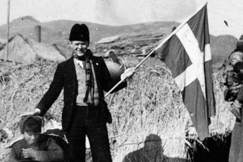 貝恩哈爾・辛德貝格(Bernhard Arp Sindberg)揮舞丹麥國旗,把日軍擋在避難所外。(BBC中文網)