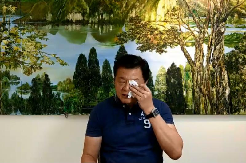 前台北縣長周錫瑋2日在臉書直播中落淚。(取自周錫瑋臉書直播)