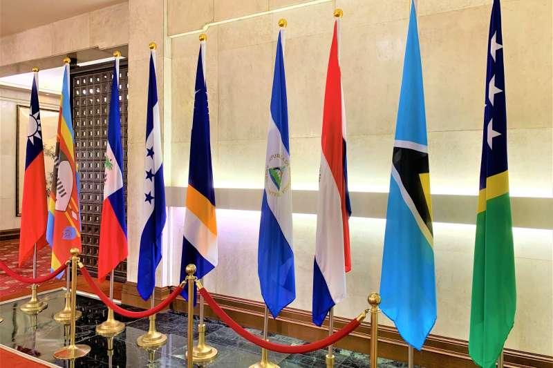 外交部大廳的邦交國旗幟,最右邊為索羅門群島國旗(簡恒宇攝)