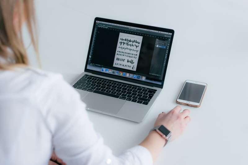 選擇正確的字色和字體,對一天看8小時以上電腦的上班族而言,能讓眼睛更舒適。(圖/Photo by Marek Levák on Unsplash)