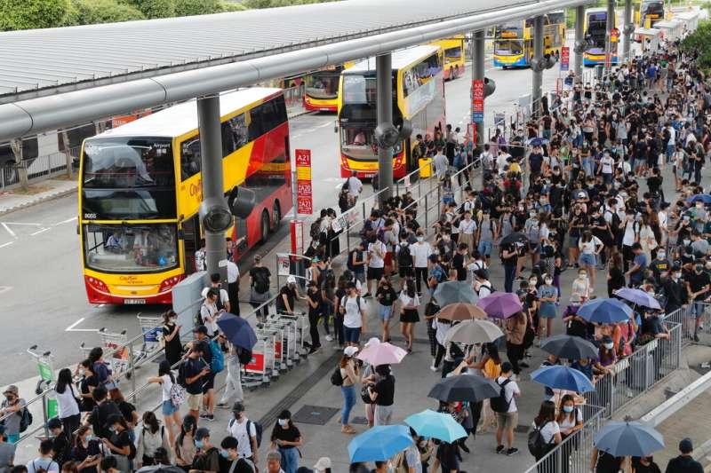 「反送中」的抗爭者1日在香港機場一帶的巴士站聚集,試圖癱瘓機場對外交通。(美聯社)