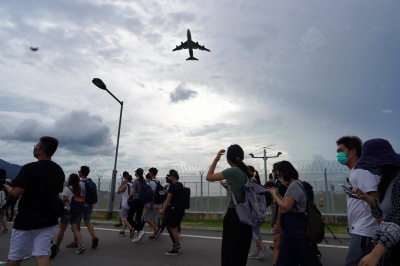 香港反送中事件越演越烈,香港眾志秘書長黃之鋒日前呼籲台灣修訂「難民法」,以協助港人。圖為反送中示威者日前於機場地區集結。(資料照,美聯社)