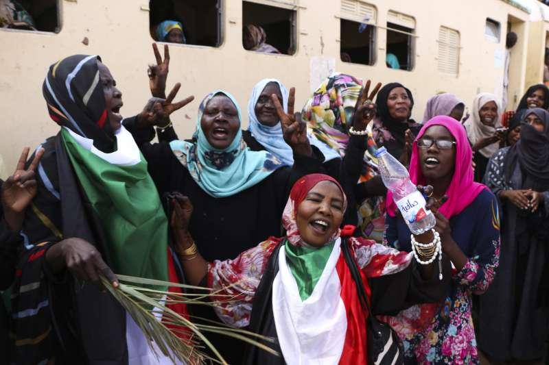 蘇丹民眾迎接獨裁者巴希爾下台後的時期(AP)