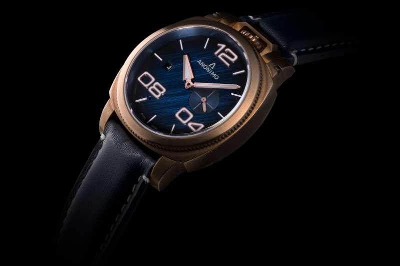 MILITARE義式軍風系列,手工爪痕藍色錶盤與青銅錶殼的溫暖完美搭配(圖/恪明國際)
