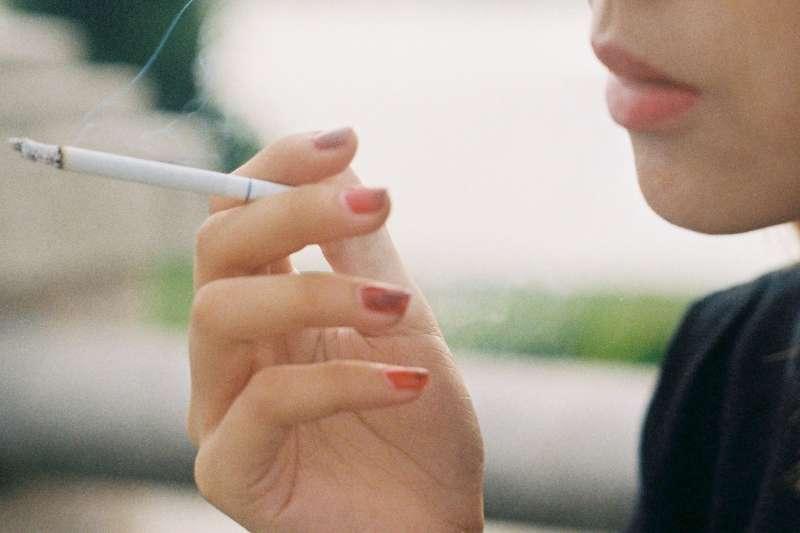 新北市政府及台北市政府先後公告,九月起連鎖超商、咖啡店騎樓處列為全面禁菸場所(圖/Unsplash)