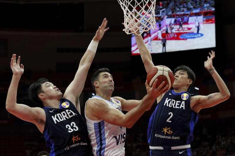 39歲的史科拉在小組賽場均繳出19分、9.5籃板的成績,在國際賽上可以說是絕無僅有。 (美聯社)