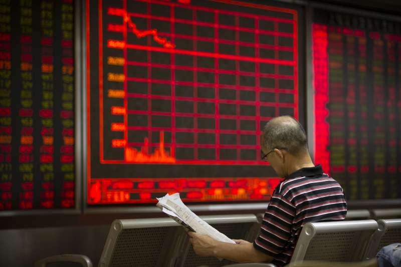 中美貿易戰升溫,美國和中國對彼此進口商品最新一輪加徵關稅在9月1日生效。圖為中國投資者正擔憂股市走向。(AP)
