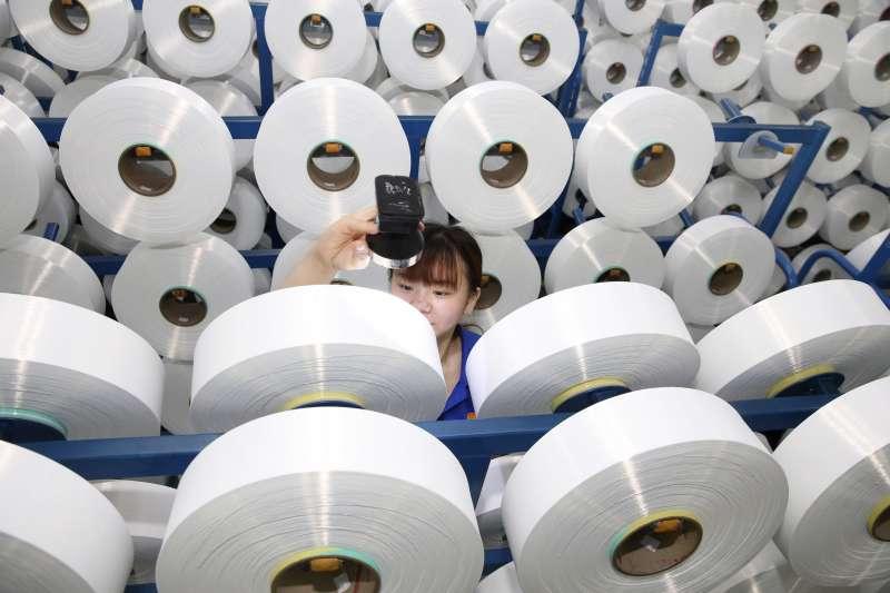 中美貿易戰升溫,美國和中國對彼此進口商品最新一輪加徵關稅在9月1日生效。圖為中國蘇州一家塑膠纖維工廠。(AP)