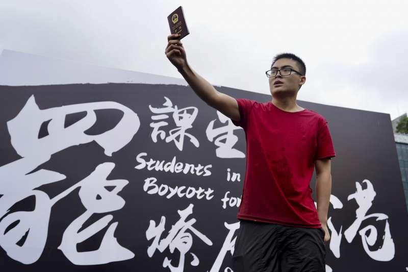 香港反送中運動延燒,大專學界舉行罷課集會,中國學生現身鬧場。(AP)