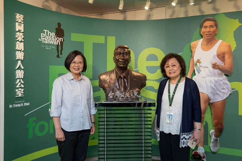 總統蔡英文(左)由民視董事長王明玉(右)陪同,參觀民視創辦人、已故前民進黨立委蔡同榮的辦公室。(取自蔡英文臉書)