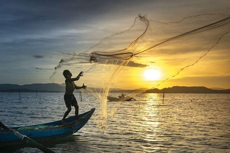經過好幾百年,中國漁民發展出一些簡易但有效的捕魚方法。(示意圖,取自Pixabay)
