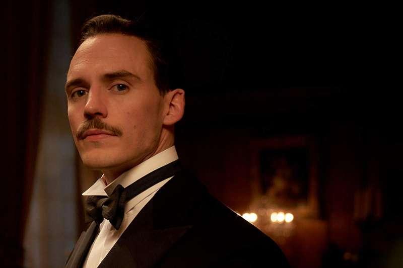《浴血黑幫》第4季中的Sir Oswald Mosley奧斯瓦爾德·莫斯利爵士,由在《饑餓遊戲2:星火燎原》中因為帥氣外型與手拿三叉戟鮮明形象一砲而紅的Sam Claflin飾演。(圖/取自imbd)