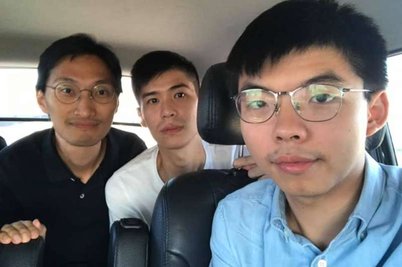 香港眾志秘書長黃之鋒(右)、香港立法會議員朱凱廸及學聯前副秘書長岑敖暉3日上午搭機來台。(取自黃之鋒臉書)