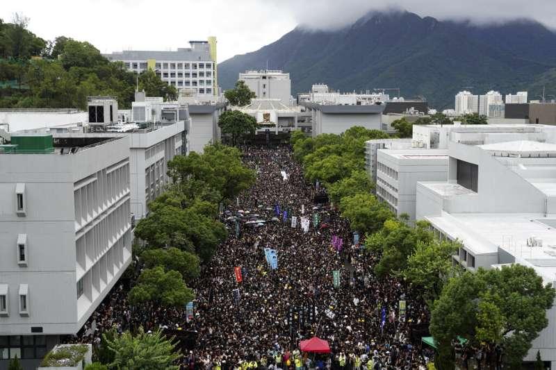 香港中文大學2日出現大量罷課學生示威,表達對香港政府的不滿。(美聯社)