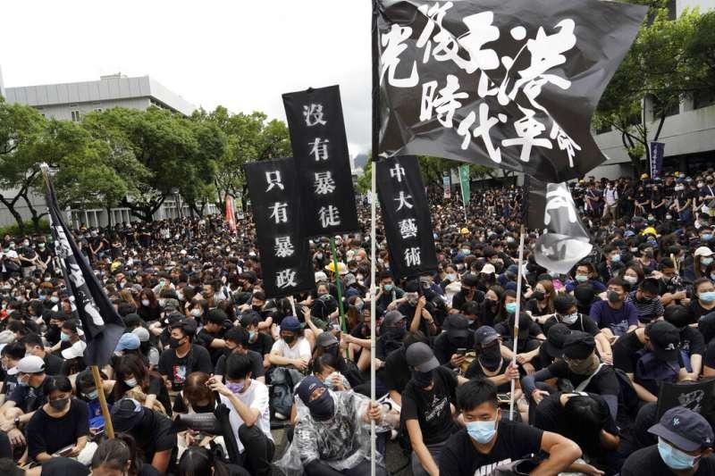 香港中文大學2日出現大量罷課學生示威,現場有人高舉「沒有暴徒、只有暴政」標語。(美聯社)