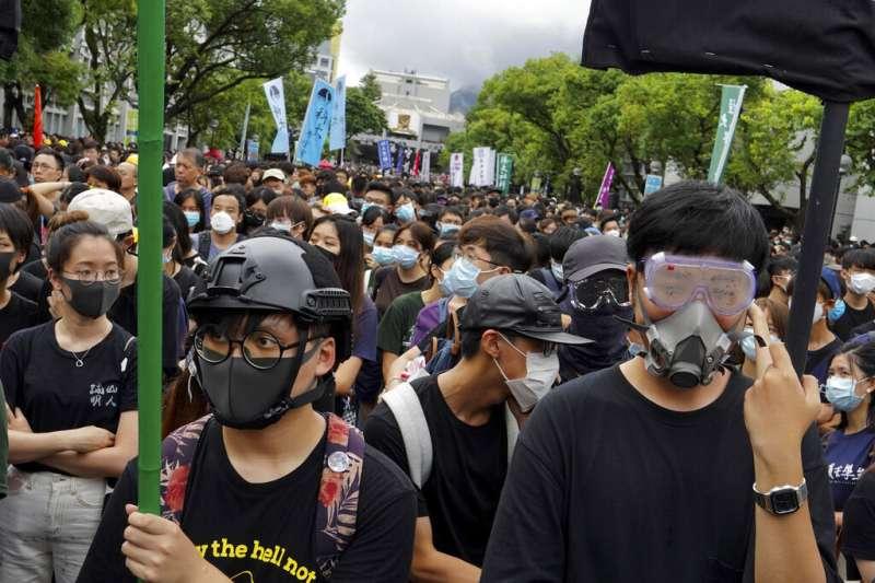 香港中文大學2日出現大量罷課學生示威。(美聯社)