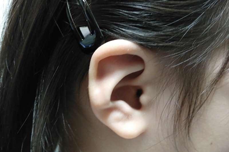 耳垢就是廢棄角質、油脂與髒汙,身體能夠自我排出,假使拿掏耳扒一直挖,有可能讓耳朵外耳道角質受傷。(圖/photo AC)