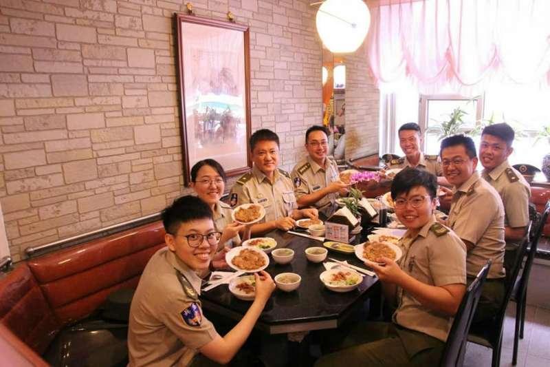 20190903-憲兵官兵著軍服在外用餐。(取自憲兵指揮部發言人臉書)