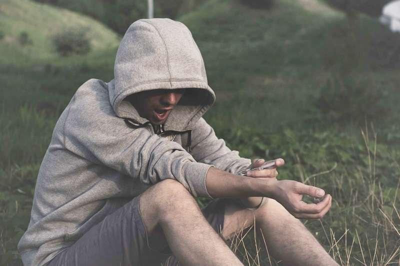 年輕學子天性純真、好奇心重,卻也易遭不肖人士以毒品控制。僅示意圖。(資料照,取自rebcenter-moscow@pixabay)