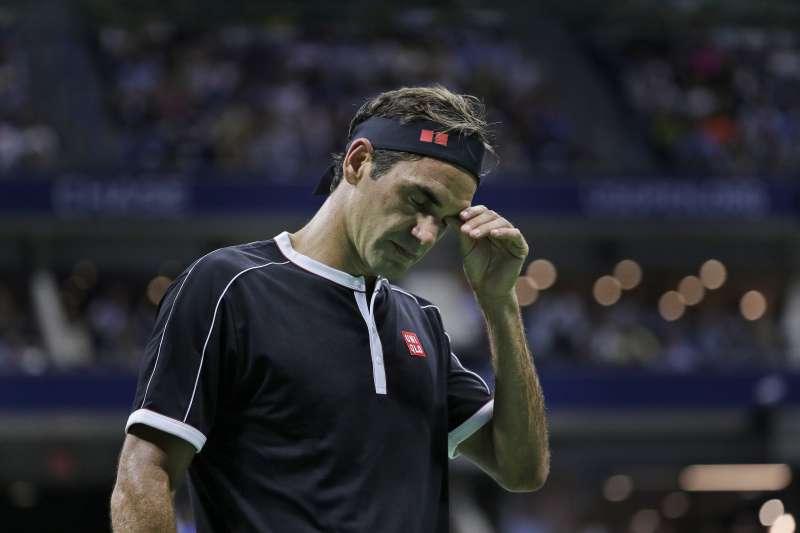 費德勒在美網男單8強戰苦戰5盤落敗,賽後也難掩失落之情。 (美聯社)