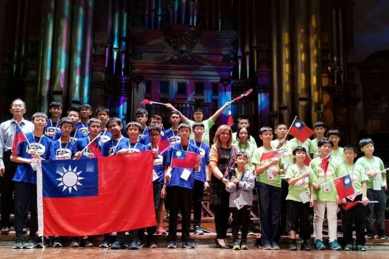 台灣學子於今年2019年第20屆「國際數學競賽(SAIMC)」大放異彩,在全球五大洲28個國家、500名選手參賽下,個人就拿下3金9銀5銅佳績,團隊更包辦2個冠軍。(圖/高雄市新聞局提供)
