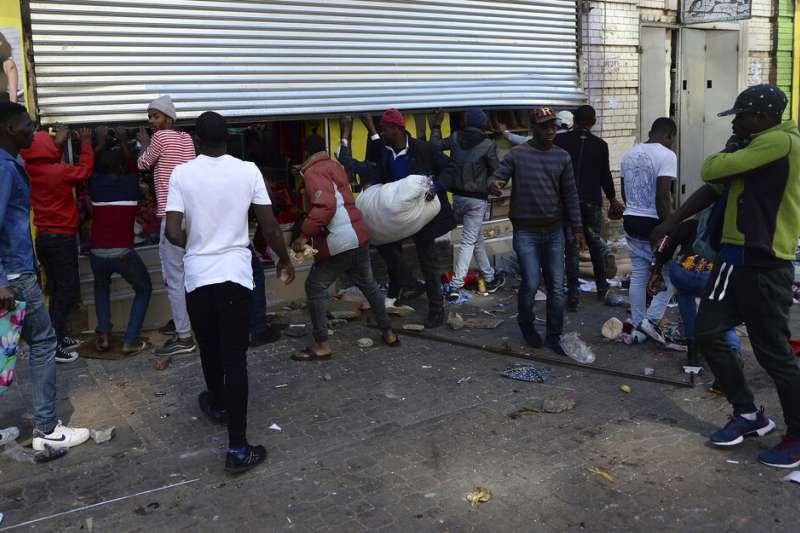 南非近來仇外情緒高漲,第一大城約翰尼斯堡、首都比普勒托利亞連日爆發反移民、反移工抗議,多處移民社區遭縱火、劫掠。(AP)