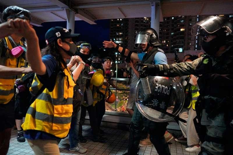 2019年9月1日,香港反送中示威活動中,在香港機場附近的示威者阻止警察逮捕。(美聯社)