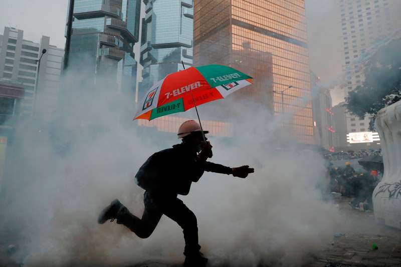 2019年8月31日,一名示威者在催淚彈的煙霧中。(美聯社)