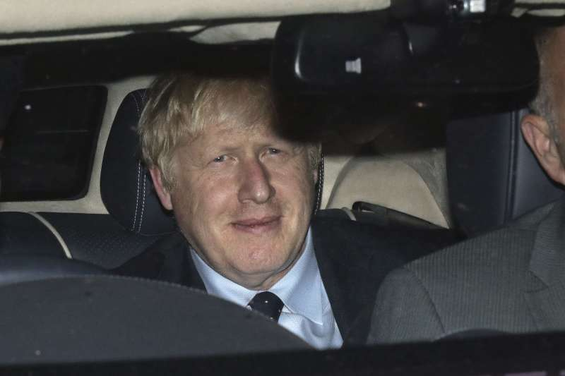 英國國會今日將針對法案表決,意圖阻止「無協議脫歐」。圖為堅持硬脫歐的英國首相強森。(AP)