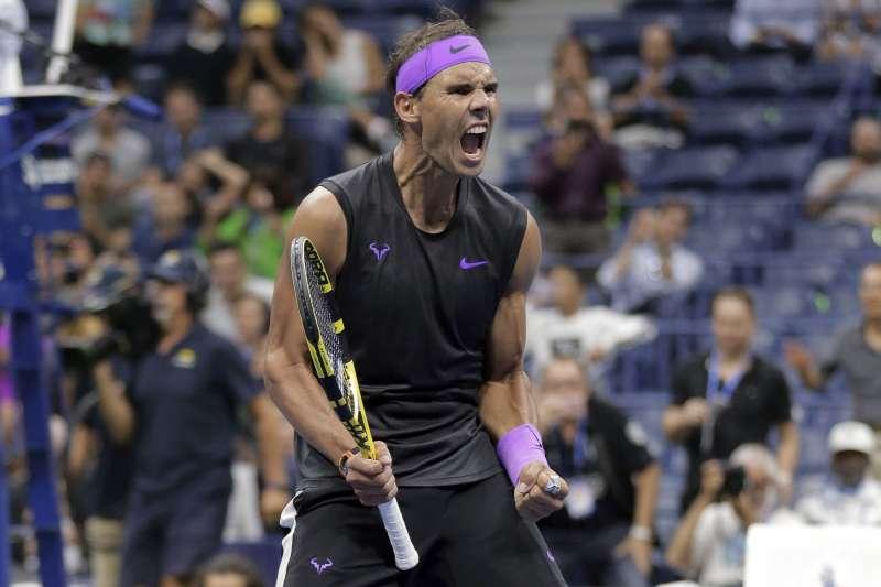 納達爾在美網男單8強戰遭遇苦戰,花費將近3小時才擊敗阿根廷「小巨人」舒沃茲曼。 (美聯社)