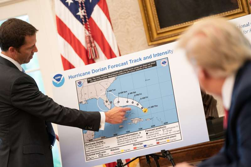 美國國家海洋暨大氣總署(NOAA)8月29日向川普總統簡報多利安(Dorian)颶風時,預報圖並未被動手腳(White House@flickr)