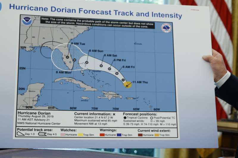 美國川普總統9月4日說明多利安(Dorian)颶風動態,拿出一張被動過手腳的預報圖(AP)