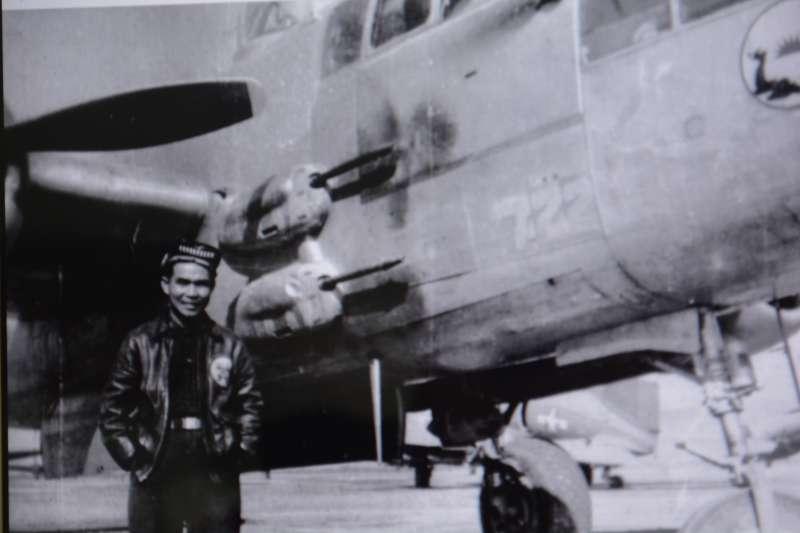 何永道教官與B-25愛機合影,他與來自第1轟炸機大隊第1中隊的同袍在老河口戰役中重創了日軍騎兵第4旅團。(何永道提供)