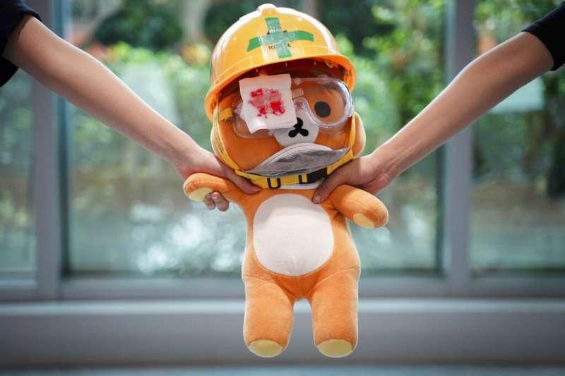 香港大學醫學生2019年9月5日繼續示威行動,手拉手組成的人鏈中有一隻玩具小熊。(美聯社)