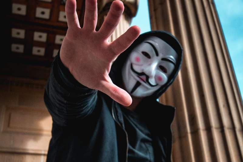 今年三月英國一間能源公司受到駭客攻擊,以合成語音誆騙員工轉帳(圖/Unsplash)