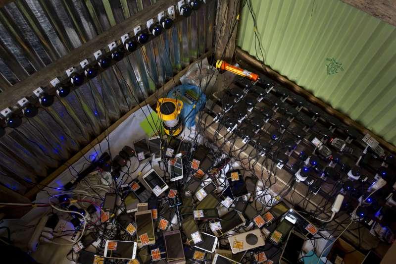 孟加拉境內的科克斯巴札爾難民營(Cox's Bazar)至少住了73萬羅興亞人,孟加拉當局近日下令封鎖營區手機通訊。(AP)