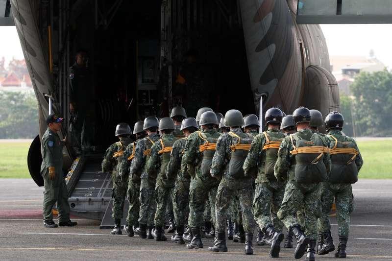 20190905-傘兵的養成得先經過嚴格的地面訓練才具有登上跳傘任務機的資格,戰時是國軍重要的戰力,能對目標區實施空降。圖為傘兵魚貫登上C-130運輸機後艙門。(蘇仲泓攝)