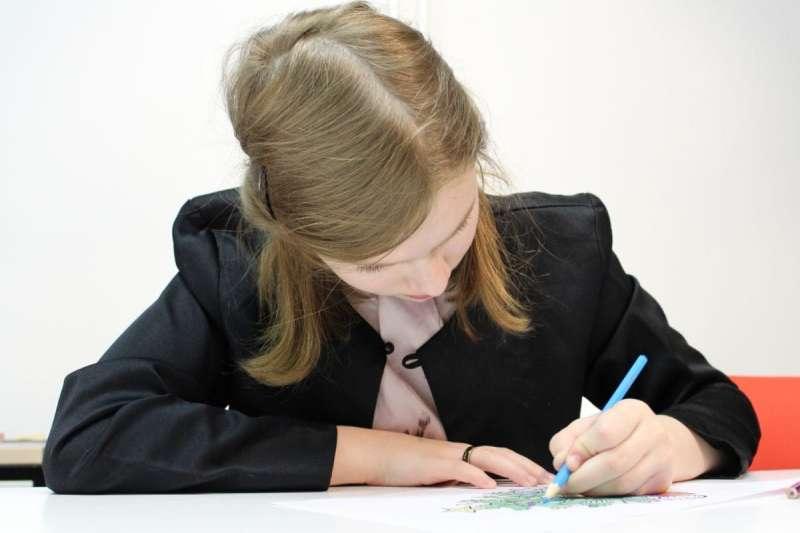 看到孩子平常慣用左手,做父母的究竟該不該糾正呢?(圖/取自pixnio)