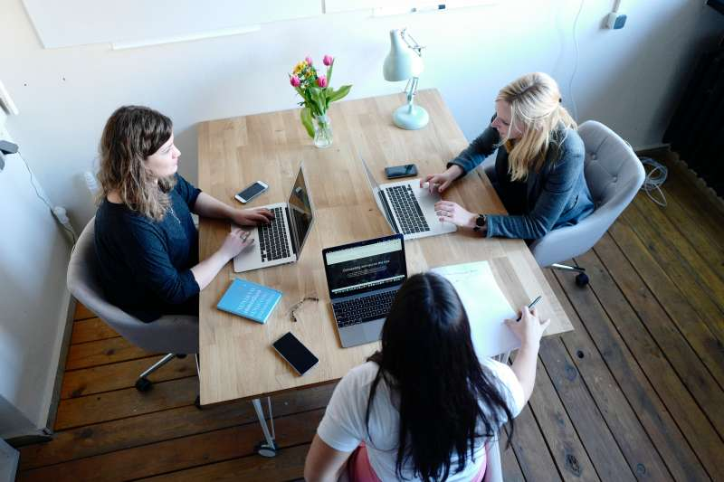 想與同事拉近彼此間距離,可以先從主動問候、打招呼開始(圖/Unsplash)
