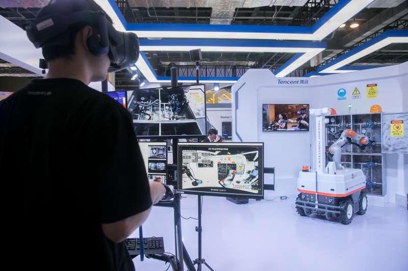 2019世界人工智慧大會騰訊公司展台展出的「工業巡檢機器人」(新華社)